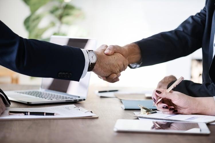 Duzen oder Siezen im Unternehmen – warum für Führungskräfte die Anrede der Mitarbeiter so wichtig ist.